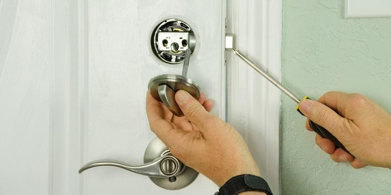 Jak wygląda wymiana zamka w drzwiach?